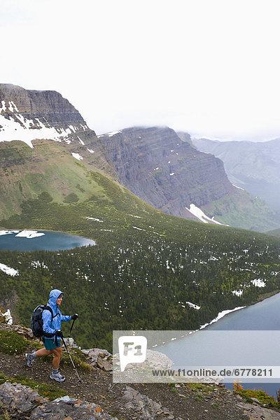 Vereinigte Staaten von Amerika  USA  Rucksack  Frau  Regen  wandern  Mittelpunkt  Erwachsener  Glacier Nationalpark