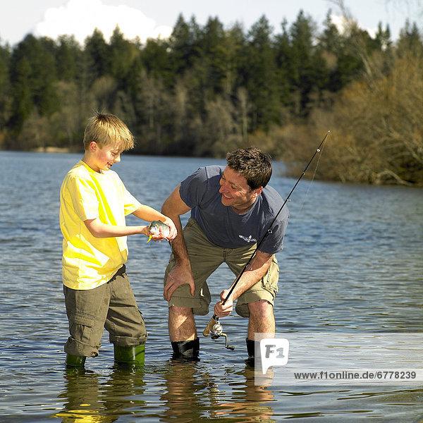 stehend  Mann  Junge - Person  See  British Columbia