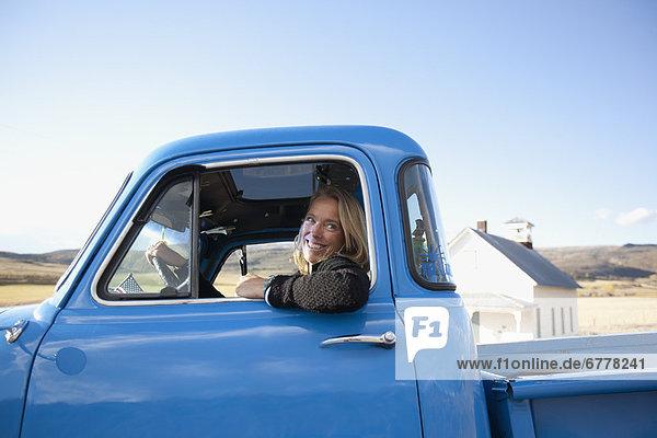 Vereinigte Staaten von Amerika  USA  fahren  Lastkraftwagen  Kleinlastwagen  Mode  Colorado  Cowgirl  alt