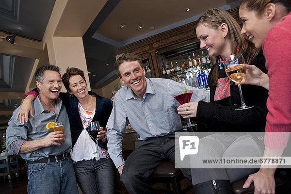 Fröhlichkeit  Mensch  Getränk  Menschen  Menschengruppe  Menschengruppen  Gruppe  Gruppen  Bar  Ski
