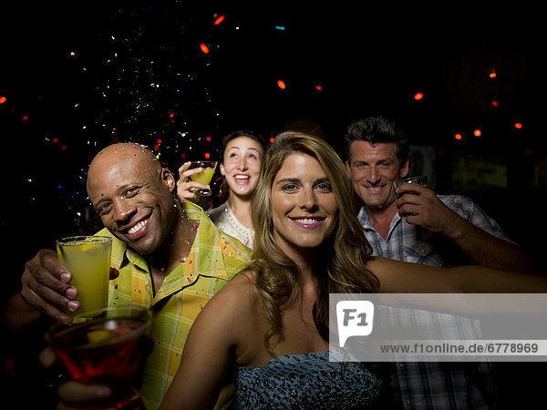 Freunde genießen Getränke an Bar