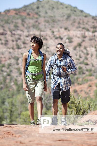 Vereinigte Staaten von Amerika  USA  Landschaftlich schön  landschaftlich reizvoll  Fröhlichkeit  Wüste  wandern  Arizona  jung  Sedona