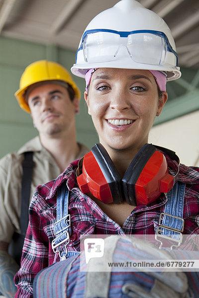Portrait  arbeiten  Führung  Anleitung führen  führt  führend  Kleidung  Bauhelm  Schutzhelm
