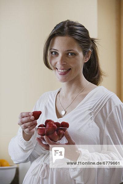 Portrait  Erwartung  Erdbeere  essen  essend  isst  Mutter - Mensch