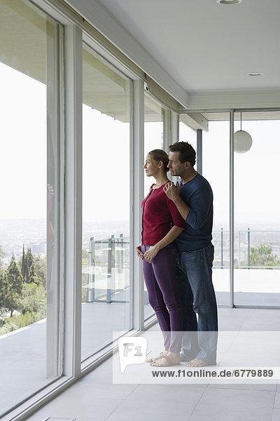leer  sehen  Fenster  Zimmer  reifer Erwachsene  reife Erwachsene  blättern  Wohnzimmer