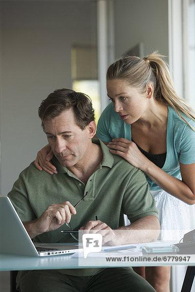 Interior  zu Hause  Notebook  arbeiten  reifer Erwachsene  reife Erwachsene
