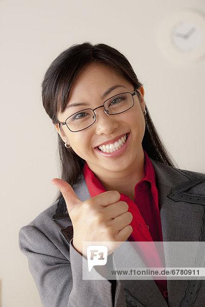 zeigen  Portrait  Geschäftsfrau  Studioaufnahme