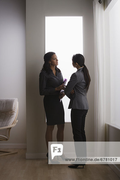 Frau  Diskussion  Büro  2  Business