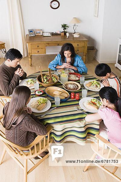 am Tisch essen , Gebet , 10-11 Jahre,  10 bis 11 Jahre , Tisch