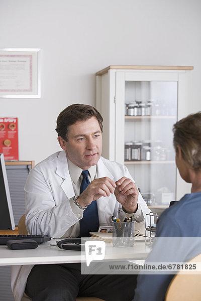 Männlichen Arzt Patienten sprechen