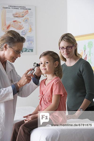klein  Arzt  5-6 Jahre  5 bis 6 Jahre  Mädchen  Untersuchung