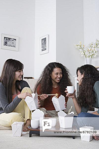 Interior  zu Hause  Frau  Lebensmittel  jung  ausführen  essen  essend  isst