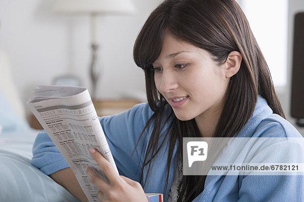 Interior  zu Hause  Frau  Zeitung  vorlesen