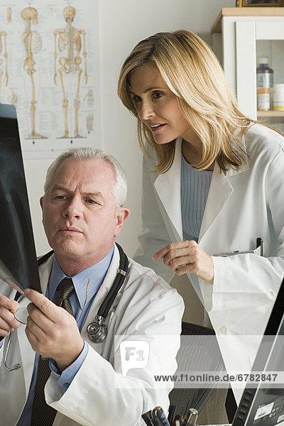 Fotografie  sehen  Arzt  Röntgenbild  2