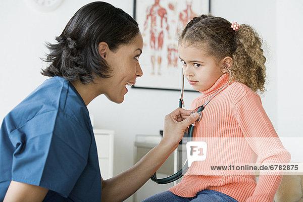 Arzt  10-11 Jahre  10 bis 11 Jahre  Mädchen  Untersuchung