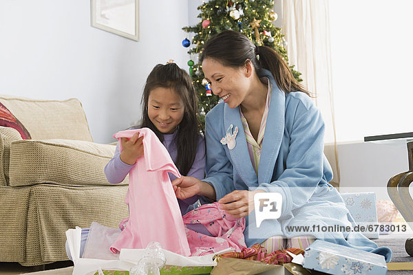 Tochter auspacken Mutter - Mensch Weihnachtsgeschenk