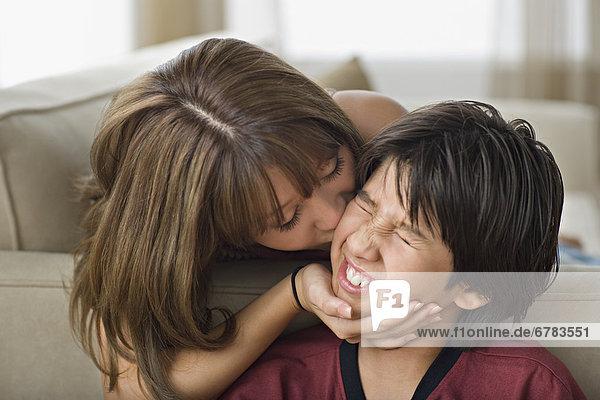 Bruder Schwester küssen