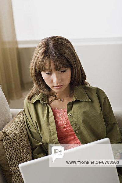 Interior zu Hause junge Frau junge Frauen benutzen Notebook