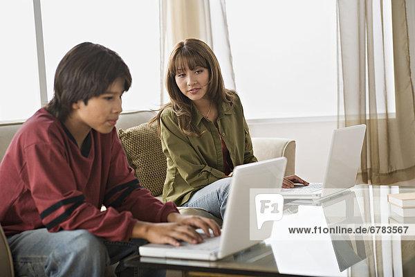 benutzen Notebook Bruder Schwester Zimmer Wohnzimmer