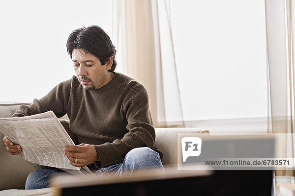 Reifer Mann liest Zeitung