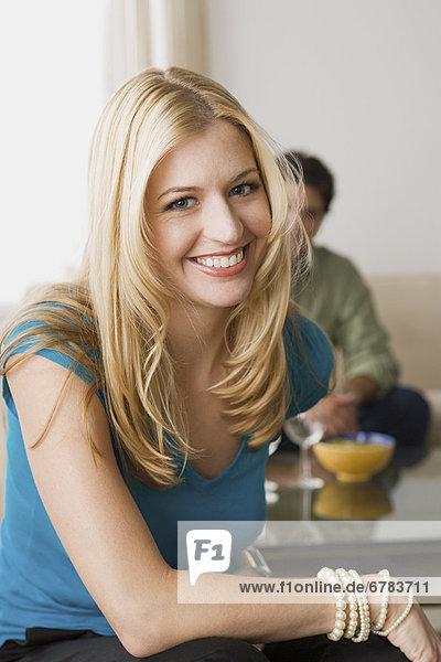Portrait of smiling Woman mit Mann im Hintergrund