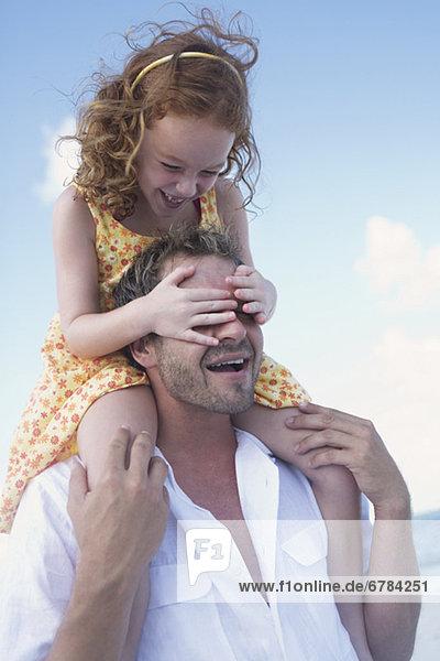 Buchwert Tochter Vater auf Schultern