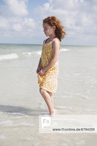 Mädchen waten im Ozean
