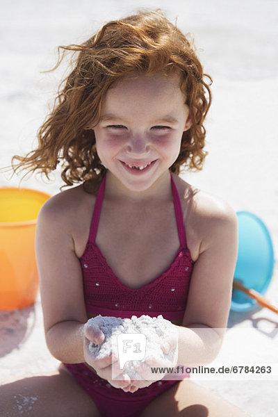 Strand  Sand  graben  gräbt  grabend  Mädchen