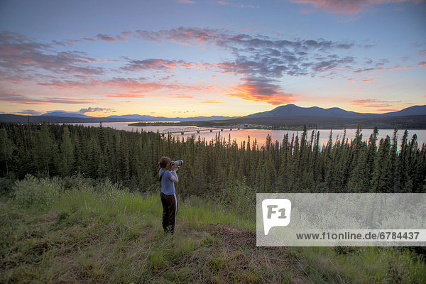 Frau  nehmen  Sonnenuntergang  über  Brücke  Fluss  Fotografie  Bucht  Yukon