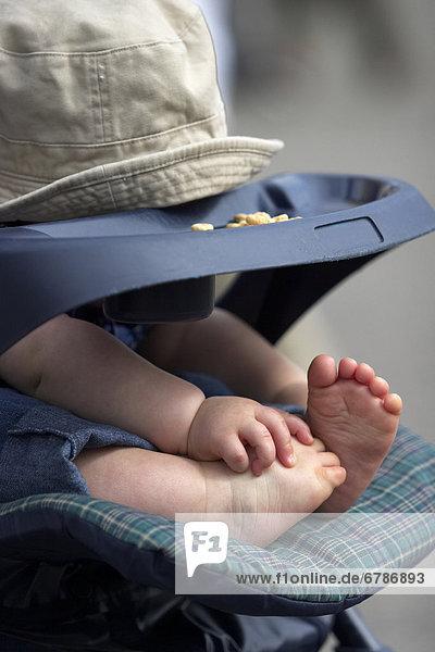 Junge - Person  Kinderwagen  Baby