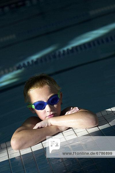 Ecke Ecken Junge - Person Schutzbrille Kleidung schwimmen