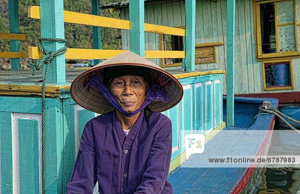 sitzend Portrait Frau Boot Dock angeln vietnamesisch
