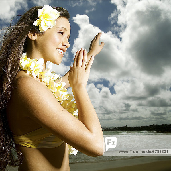 Hawaii  Kauai  Kealia  schöne Hawaiian Mädchen Tanzen Hula auf Ozean Küstenlinie.