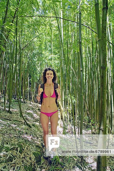 Frau folgen wandern Bambus