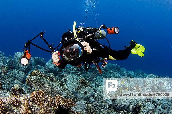 Big Island  Hawaii Kona Küste  Fotograf Diver schwimmt entlang Meeresboden.