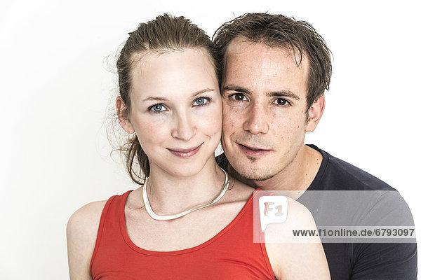 Paar  Mann schaut Frau über die Schulter  Kopf an Kopf