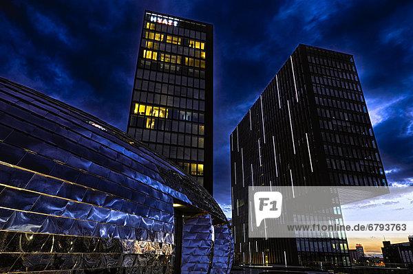 Hyatt Regency Hotel zur blauen Stunde  Medienhafen  Düsseldorf  Nordrhein-Westfalen  Deutschland  Europa