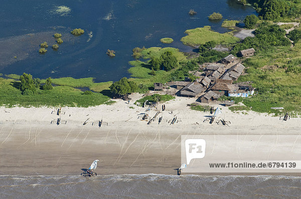 Fischerdorf an einer Lagune und Strand  Luftaufnahme  Pwani Region  Tansania  Afrika