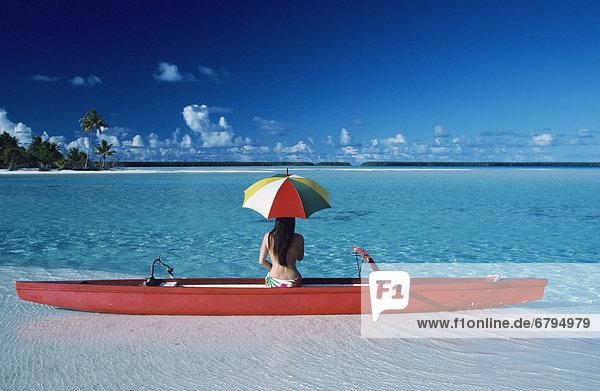 Frau  Regenschirm  Schirm  Kanu  Sandbank  Französisch-Polynesien