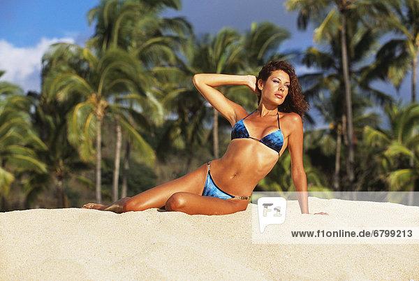 liegend  liegen  liegt  liegendes  liegender  liegende  daliegen  Strand  Bikini  Hingebung  Sand  Mädchen