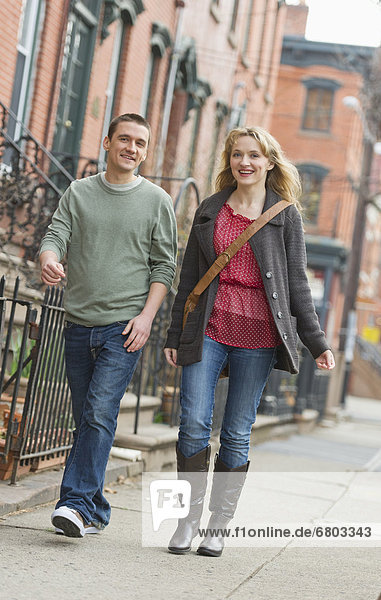 Paar zu Fuß auf der Straße