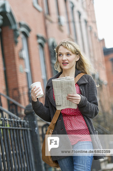 Frau zu Fuß auf der Straße
