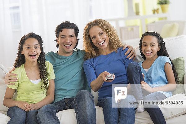 Portrait  sehen  Menschliche Eltern  Fernsehen  Tochter  10-13 Jahre  10 bis 13 Jahre