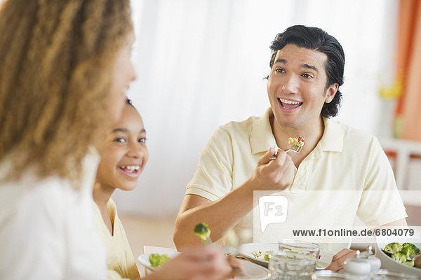Abendessen  Menschliche Eltern  Tochter  essen  essend  isst  12-13 Jahre  12 bis 13 Jahre