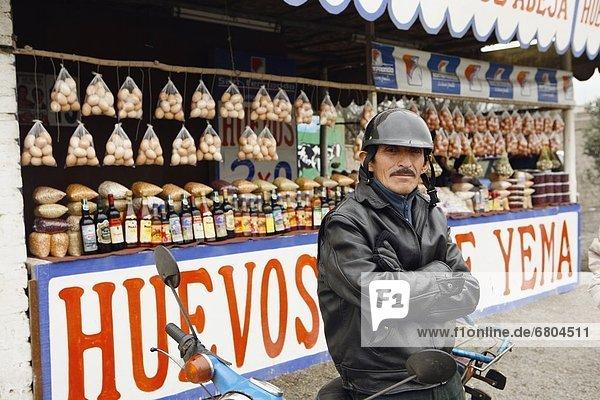 Lima  Hauptstadt  Blumenmarkt  frontal  Motorradfahrer  Markt  Peru