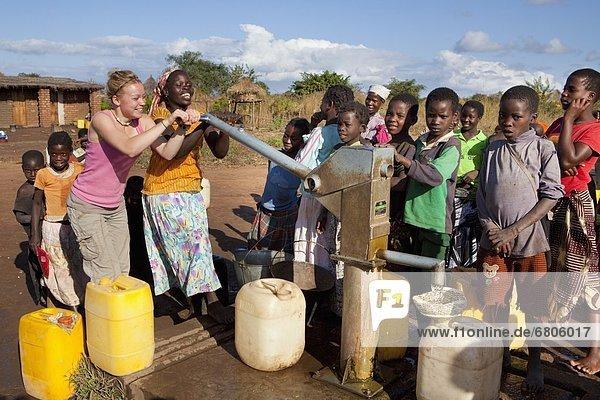 Wasser  Frau  2  jung  Ziehbrunnen  Brunnen  Afrika  Mosambik  Pumpe  Schiffswache