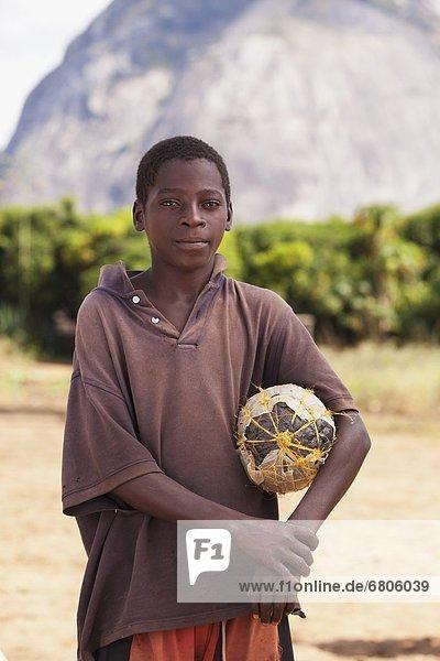 Junge - Person halten Ball Spielzeug Afrika Handwerkserzeugnis Mosambik