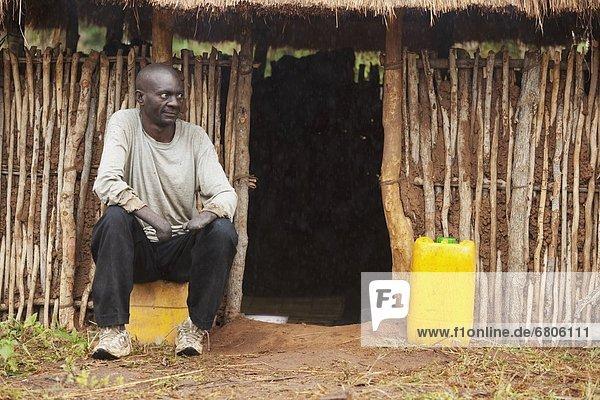 Außenaufnahme  Lepra  Mann  sitzend  Gebäude  Afrika  Mosambik