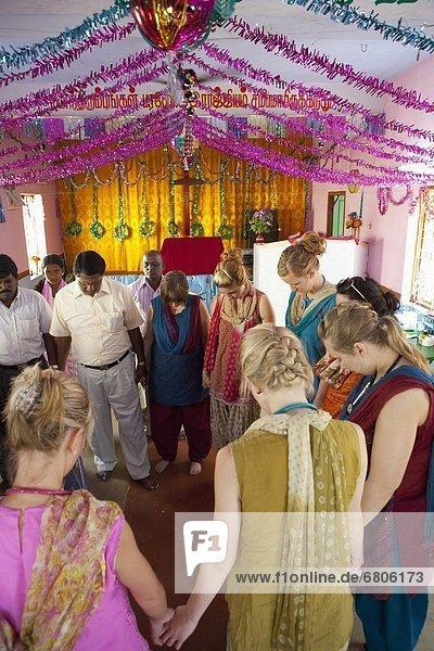 Mensch  Menschen  Menschliche Hand  Menschliche Hände  Menschengruppe  Menschengruppen  Gruppe  Gruppen  halten  Gebet  Kreis  Indien  Tamil Nadu