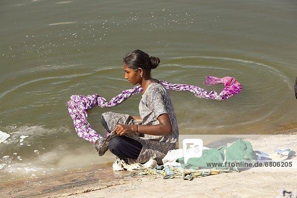 Wasser  Frau  Kleidung  waschen  Fluss  jung  Indien  Tamil Nadu